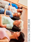 Seniorin in Gruppe bei Meditation im Yoga Kurs im Fitnesscenter. Стоковое фото, фотограф Zoonar.com/Robert Kneschke / age Fotostock / Фотобанк Лори