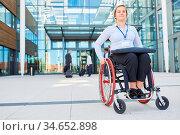 Geschäftsfrau als Rollstuhlfahrer vor dem Büro freut sich auf Konferenz... Стоковое фото, фотограф Zoonar.com/Robert Kneschke / age Fotostock / Фотобанк Лори