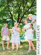 Fröhliche Senioren Gruppe beim Boule spielen zusammen im Sommer im... Стоковое фото, фотограф Zoonar.com/Robert Kneschke / age Fotostock / Фотобанк Лори
