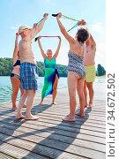 Gruppe Senioren in einem Gymnastik Kurs macht Reha Übungen mit dem... Стоковое фото, фотограф Zoonar.com/Robert Kneschke / age Fotostock / Фотобанк Лори