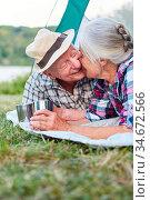 Senioren Paar gibt sich einen Kuss im Zelt auf dem Campingplatz im... Стоковое фото, фотограф Zoonar.com/Robert Kneschke / age Fotostock / Фотобанк Лори