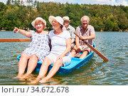 Senioren Gruppe macht einen Ausflug im Ruderboot auf dem See als ... Стоковое фото, фотограф Zoonar.com/Robert Kneschke / age Fotostock / Фотобанк Лори