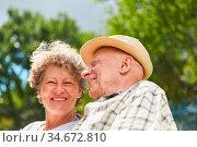 Glückliches Paar Senioren als Rentner und Freunde zusammen im Sommer... Стоковое фото, фотограф Zoonar.com/Robert Kneschke / age Fotostock / Фотобанк Лори