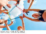 Senioren mit Springseil im Kreis machen Reha Gymnastik zusammen in... Стоковое фото, фотограф Zoonar.com/Robert Kneschke / age Fotostock / Фотобанк Лори