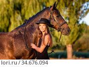 Красивая девушка обнимает лошадь в лучах закатного солнца. Стоковое фото, фотограф Иванов Алексей / Фотобанк Лори