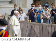 Pope Francis during the first Wednesday general audience after lockdown... Редакционное фото, фотограф Pierpaolo Scavuzzo / AGF/Pierpaolo Scavuzzo / AGF / age Fotostock / Фотобанк Лори