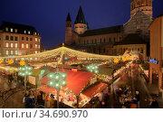 Weihnachtsmarkt in Mainz, abends, nachts, Nacht, beleuchtet, Lichter... Стоковое фото, фотограф Zoonar.com/Carsten Braun / age Fotostock / Фотобанк Лори