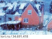 Regen auf einer Fesnsterscheibe mit Blick auf ein Haus im Winter, ... Стоковое фото, фотограф Zoonar.com/Stefan Ziese / age Fotostock / Фотобанк Лори