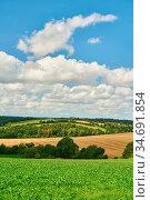 Landschaft mit Wiese und Feld vor einem blauen Himmel mit Wolken ... Стоковое фото, фотограф Zoonar.com/Robert Kneschke / age Fotostock / Фотобанк Лори