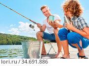 Vater und Sohn trinken entspannt einen Becher Kaffee zusammen beim... Стоковое фото, фотограф Zoonar.com/Robert Kneschke / age Fotostock / Фотобанк Лори