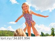 Vater hebt Tochter hoch in die Luft und lässt sie fliegen in den ... Стоковое фото, фотограф Zoonar.com/Robert Kneschke / age Fotostock / Фотобанк Лори