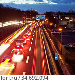 Die Autobahn A 40 am Abend, Essen, Ruhrgebiet, Nordrhein-Westfalen... Стоковое фото, фотограф Zoonar.com/Stefan Ziese / age Fotostock / Фотобанк Лори