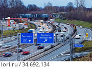 Viel Verkehr auf der Autobahn A 40, Bochum, Ruhrgebiet, Nordrhein... Стоковое фото, фотограф Zoonar.com/Stefan Ziese / age Fotostock / Фотобанк Лори