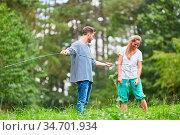 Paar auf einem Zeltplatz oder in der Wildnis beim Aufbau vom Camping... Стоковое фото, фотограф Zoonar.com/Robert Kneschke / age Fotostock / Фотобанк Лори