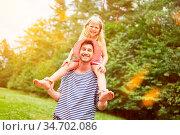 Vater lässt seine lachende Tochter huckepack reiten im Garten im ... Стоковое фото, фотограф Zoonar.com/Robert Kneschke / age Fotostock / Фотобанк Лори