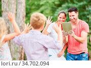 Glückliche Eltern machen ein Foto von ihren Kindern in der Natur ... Стоковое фото, фотограф Zoonar.com/Robert Kneschke / age Fotostock / Фотобанк Лори