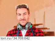 Junger Mann als Arbeiter oder Schreiner Lehrling mit Gehörschutz ... Стоковое фото, фотограф Zoonar.com/Robert Kneschke / age Fotostock / Фотобанк Лори