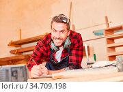 Junger Handwerker mit Bleistift und Checkliste bei der Terminplanung... Стоковое фото, фотограф Zoonar.com/Robert Kneschke / age Fotostock / Фотобанк Лори