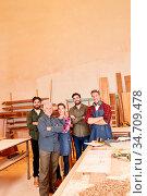 Stolze Gruppe Handwerker mit Senior Chef und Lehrlingen im Handwerk... Стоковое фото, фотограф Zoonar.com/Robert Kneschke / age Fotostock / Фотобанк Лори