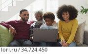 Multi-generation family using laptop on couch at home. Стоковое видео, агентство Wavebreak Media / Фотобанк Лори
