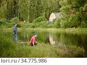 Рыбаки ловят рыбу на берегу пруда. Редакционное фото, фотограф Игорь Низов / Фотобанк Лори