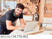Junger Mann beim online Kundenservice am Laptop Computer in seiner... Стоковое фото, фотограф Zoonar.com/Robert Kneschke / age Fotostock / Фотобанк Лори