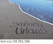 Schönen Urlaub in den Sand geschrieben. Стоковое фото, фотограф Zoonar.com/Gabriele Sitnik-Schmach / easy Fotostock / Фотобанк Лори