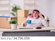 Old arab businessman in office relocation concept. Стоковое фото, фотограф Elnur / Фотобанк Лори