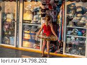 Витрины магазинов с курортными товарами на набережной в городе Сочи, Краснодарский край, Россия. Редакционное фото, фотограф Николай Винокуров / Фотобанк Лори