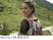 Verena portant un dirndl (costume feminin traditionnel des Alpes ... Редакционное фото, фотограф Christian Goupi / age Fotostock / Фотобанк Лори