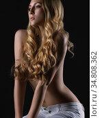 Sexy girl on cube in white skinny jeans and bra. Стоковое фото, фотограф Гурьянов Андрей / Фотобанк Лори