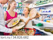 Young woman and husband with kid choosing margarita pizza. Стоковое фото, фотограф Яков Филимонов / Фотобанк Лори