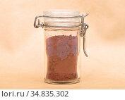 Kakao in Glas mit Deckel auf braunem Hintergrund - Cacao powder in... Стоковое фото, фотограф Zoonar.com/lantapix / easy Fotostock / Фотобанк Лори