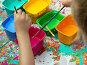 Дети окунают кисти для рисования в яркие краски. Стоковое фото, фотограф Вячеслав Палес / Фотобанк Лори