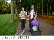 Parents with baby walking by the sidewalk in park. Стоковое фото, фотограф Tryapitsyn Sergiy / Фотобанк Лори