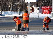 Рабочие коммунальной службы очищают проезжую часть дороги от скопившегося снега. Улица Косыгина. Район Раменки. Город Москва (2011 год). Редакционное фото, фотограф lana1501 / Фотобанк Лори