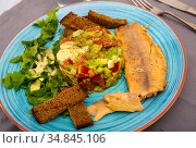 Guacamole with arugula and tomatoes aerved with grilled trout fillet. Стоковое фото, фотограф Яков Филимонов / Фотобанк Лори