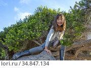 EIght year old girl climbing a tree in San Diego, California. Стоковое фото, фотограф Julia Hiebaum / age Fotostock / Фотобанк Лори