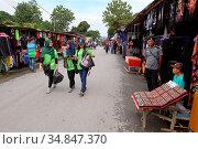 Local market, Hawker stalls at Serikin Malaysia-Indonesia Border (2016 год). Редакционное фото, фотограф Chew Chun Hian / age Fotostock / Фотобанк Лори