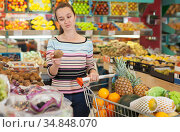 Fine woman at fruit and vegetable section. Стоковое фото, фотограф Яков Филимонов / Фотобанк Лори