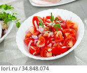 Fresh salad with tomatoes and chopped onion. Стоковое фото, фотограф Яков Филимонов / Фотобанк Лори