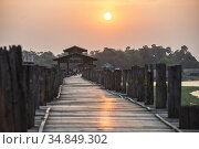 U Bein Teak Bridge at sunrise, a 1.2km wooden bridge in Mandalay, ... Стоковое фото, фотограф Matthew Williams-Ellis / age Fotostock / Фотобанк Лори