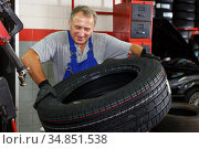 mechanician removing tire from wheel disc. Стоковое фото, фотограф Яков Филимонов / Фотобанк Лори