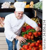 Man cook deciding on best vegetables. Стоковое фото, фотограф Яков Филимонов / Фотобанк Лори