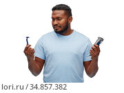 african man with razor blade and trimmer. Стоковое фото, фотограф Syda Productions / Фотобанк Лори