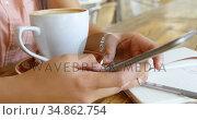 Teenage girl using mobile phone in restaurant 4k. Стоковое видео, агентство Wavebreak Media / Фотобанк Лори