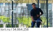 Male commuter riding bicycle on street 4k. Стоковое видео, агентство Wavebreak Media / Фотобанк Лори