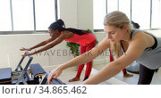 Group of women exercising in fitness studio 4k. Стоковое видео, агентство Wavebreak Media / Фотобанк Лори