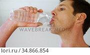 Man drinking water in gym 4k. Стоковое видео, агентство Wavebreak Media / Фотобанк Лори