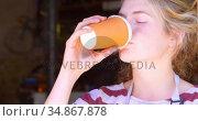 Woman having a coffee at workshop 4k. Стоковое видео, агентство Wavebreak Media / Фотобанк Лори